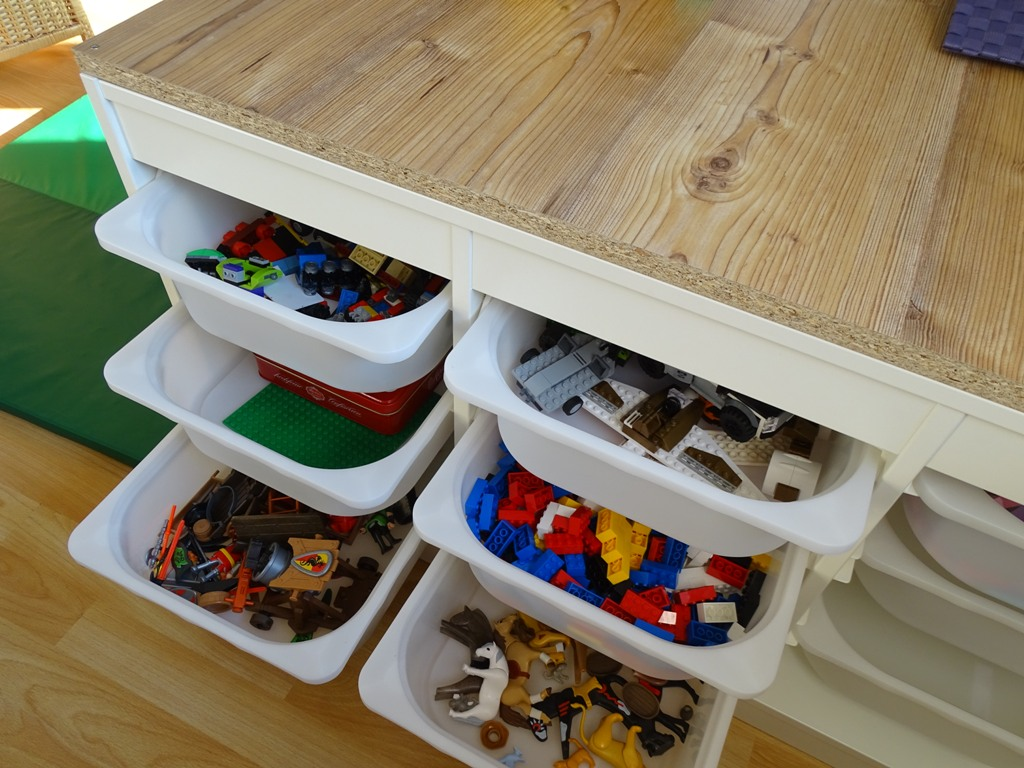 lifehack spielzeugregal mit vielen laden f r lego und playmobil vlikeveronika. Black Bedroom Furniture Sets. Home Design Ideas