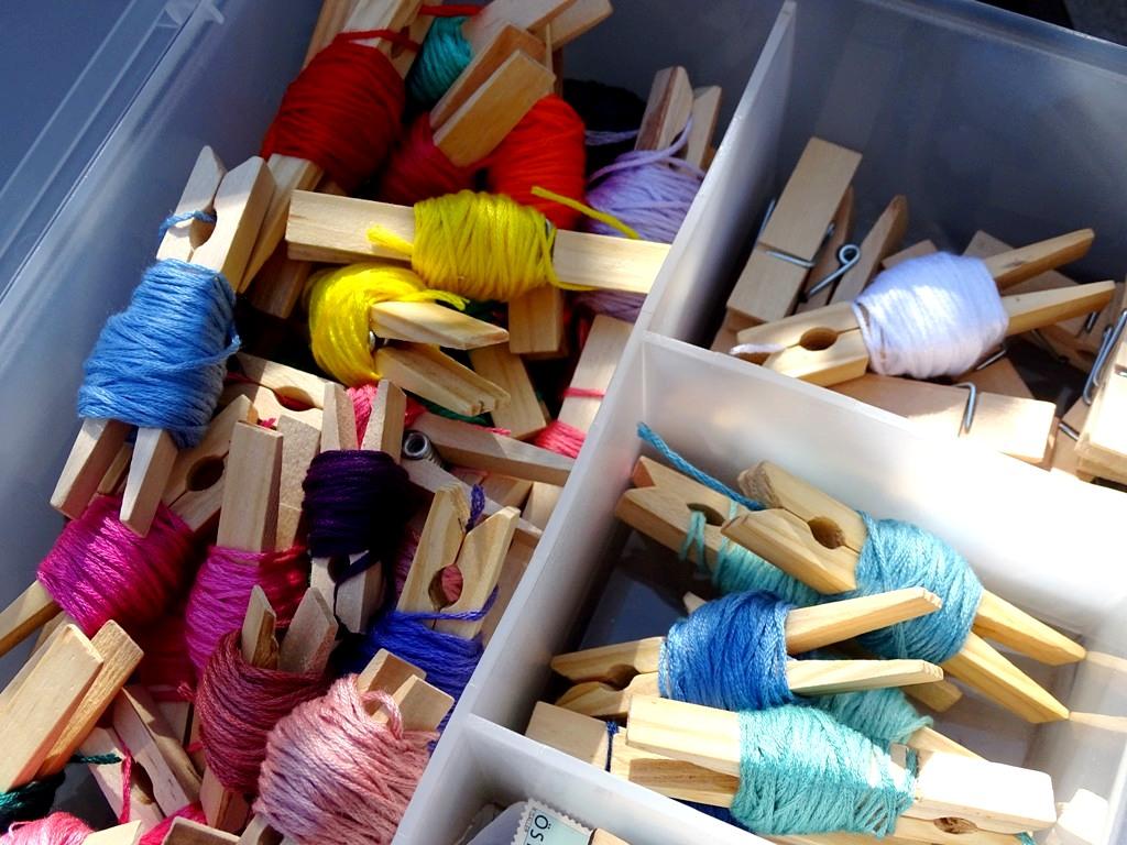 Stickgarn und Perlgarn auf Wäscheklammern aufwickeln