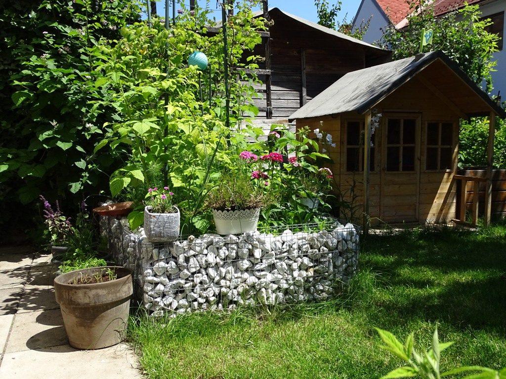 Ein aufgeräumter Garten: mit einer Gabione als Beetbegrenzung ganz einfach