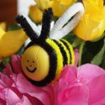 Überraschungsei Bastelideen: Biene Upcycling