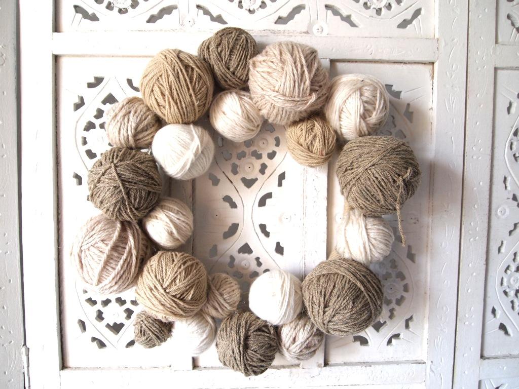 Basteln mit Wollresten: Türkranz aus Wollknäueln