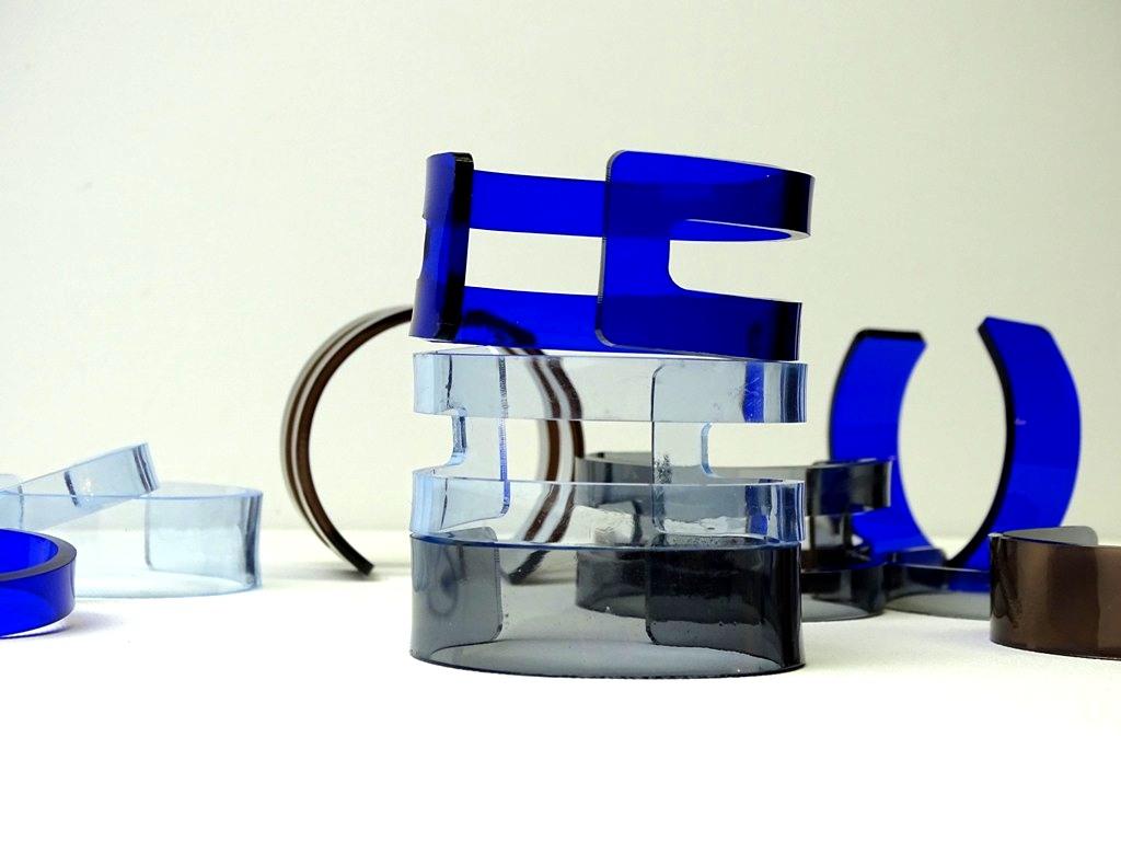 Wie macht man Schmuck aus Plexiglas? DIY-Bloggerin VlikeVeronika erklärt, wie es funktioniert
