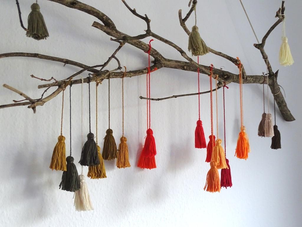 Easy DIY: Quasten aus Garn auf Treibholz oder Ästen befestigen