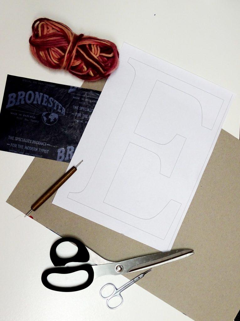 DIY: Wolle und Karton zum Umwickeln von Buchstaben verwenden