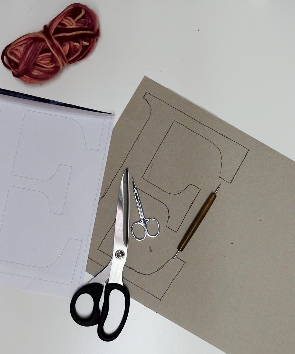 Upcycling mit Karton: Buchstaben umwickeln
