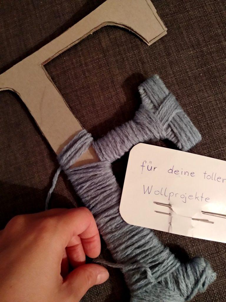 Wollwickelbuchstaben aus Wolle und Karton