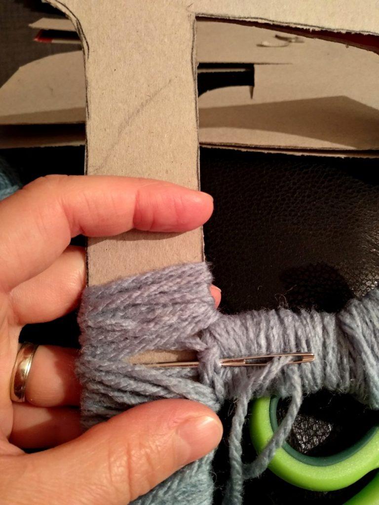 Upcycling aus Wolle und Karton, Buchstaben mit Wolle umwickeln