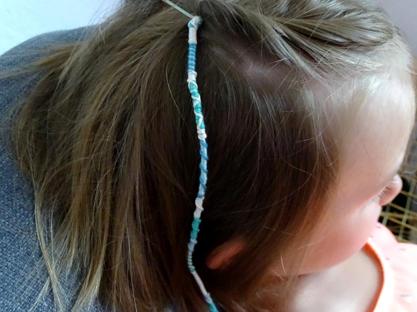 gewickeltes Freundschaftsband oder geknüpfte Haarsträhne - hier gibt es die Anleitung