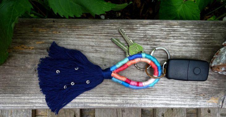 Mache einen Schlüsselanhänger im Boho-Style mit Garn und Kordel