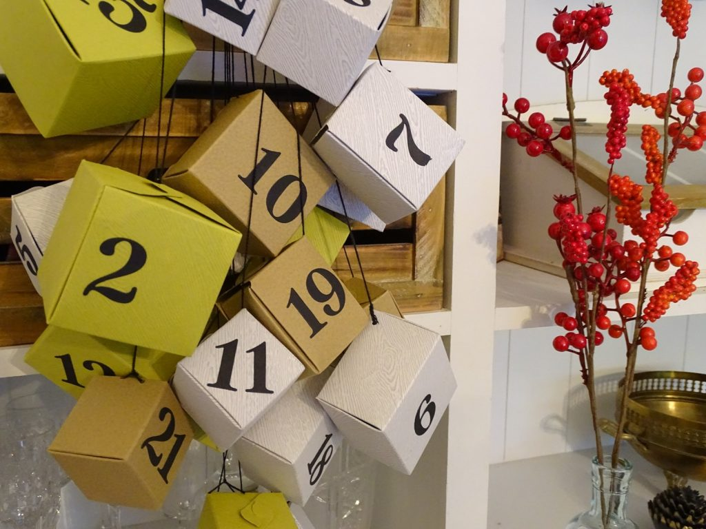 Geschenke mit komischen Formaten verpacken: Ganz einfach mit dem Gift Box Punch Board