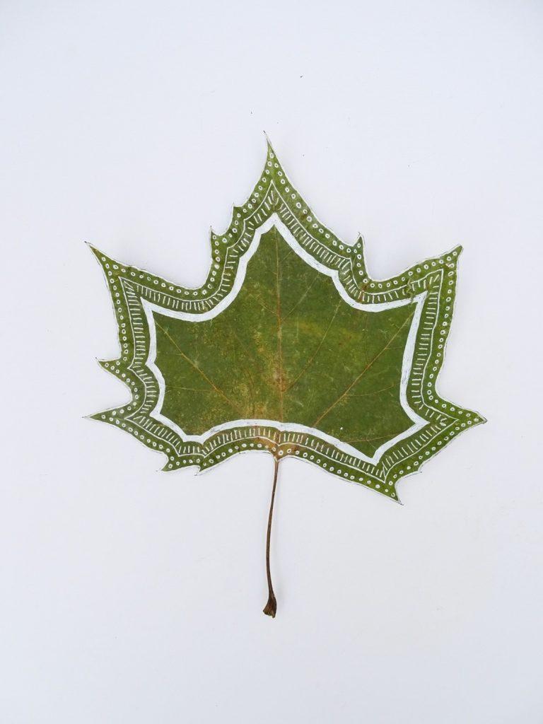 Blätter bemalen: Muster und