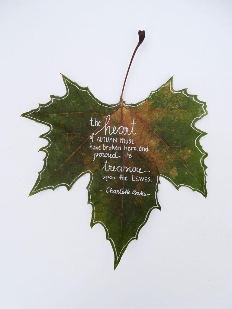 Blätter bemalen: Herbstsprüche