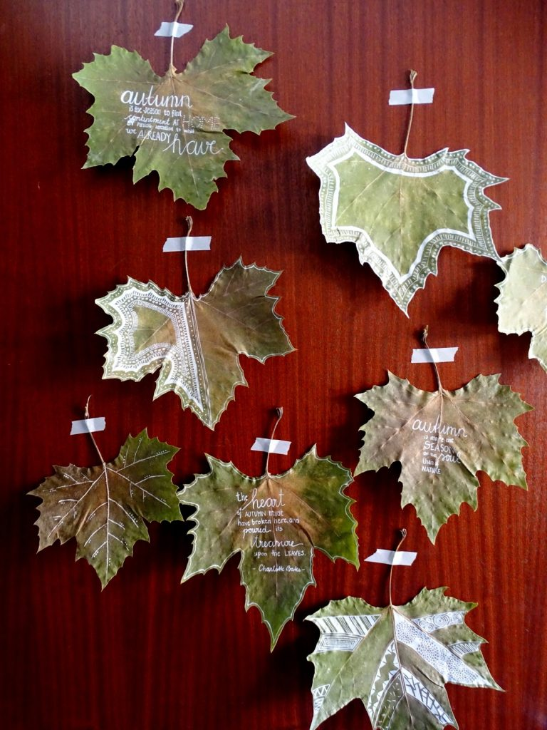 Herbstdeko aus Naturmaterial: Blätter bemalen und an der Türe aufhängen
