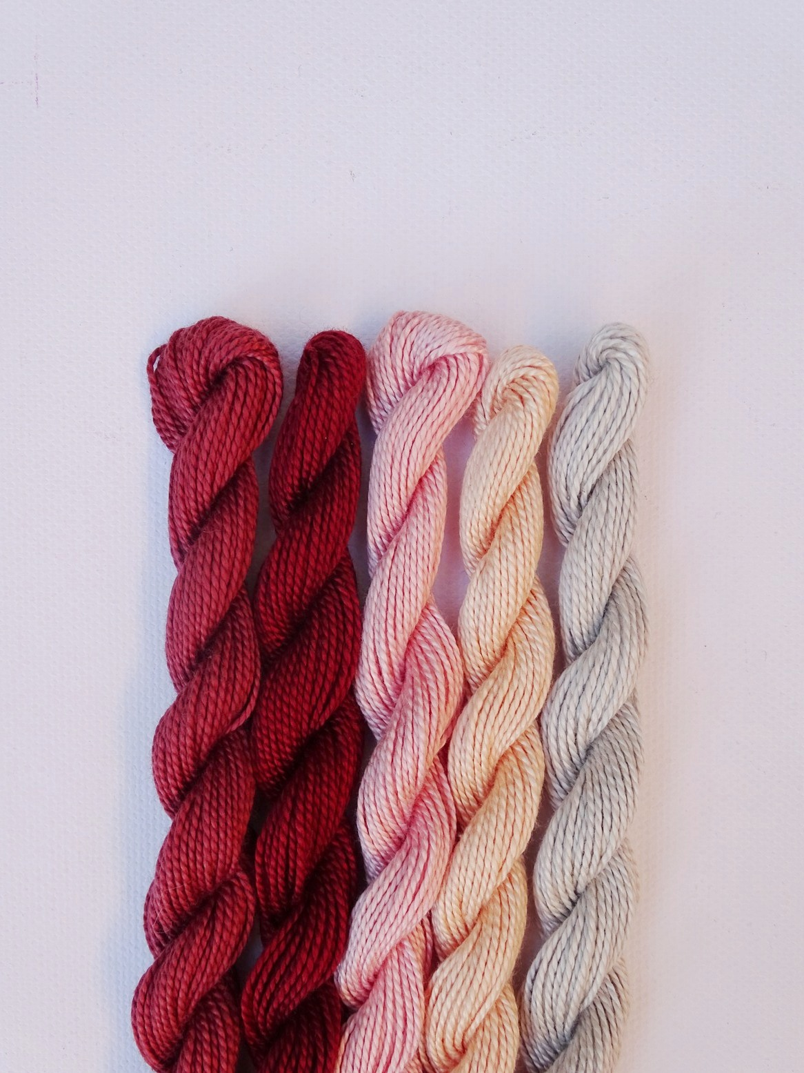 Herbstliche Farbkombination mit Rot, Mauve, Puderrosa, Champagner, Blassgrau