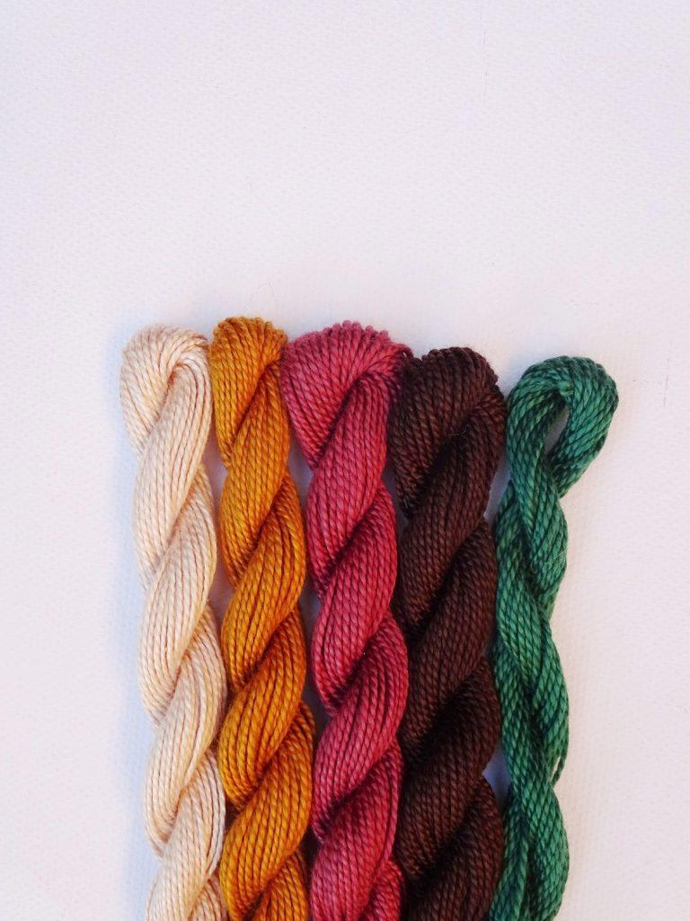 Herbstliche Farbkombination mit Dunkelgrün, Braun, Mauve, Ocker, Puder