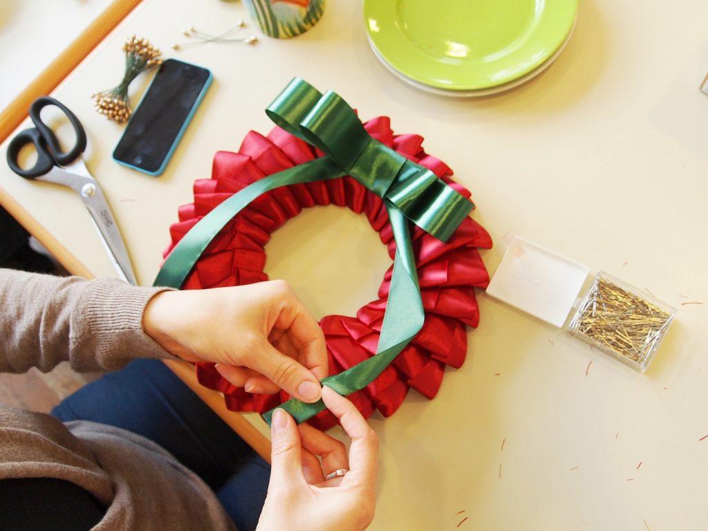 Basteln im Advent: Weihnachtlicher Türkranz