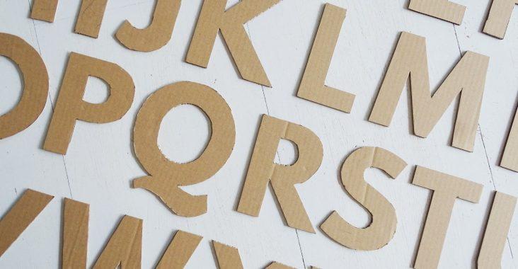 Buchstaben aus Karton basteln - ein Upcycling-DIY-Projekt aus Verpackungsmaterial