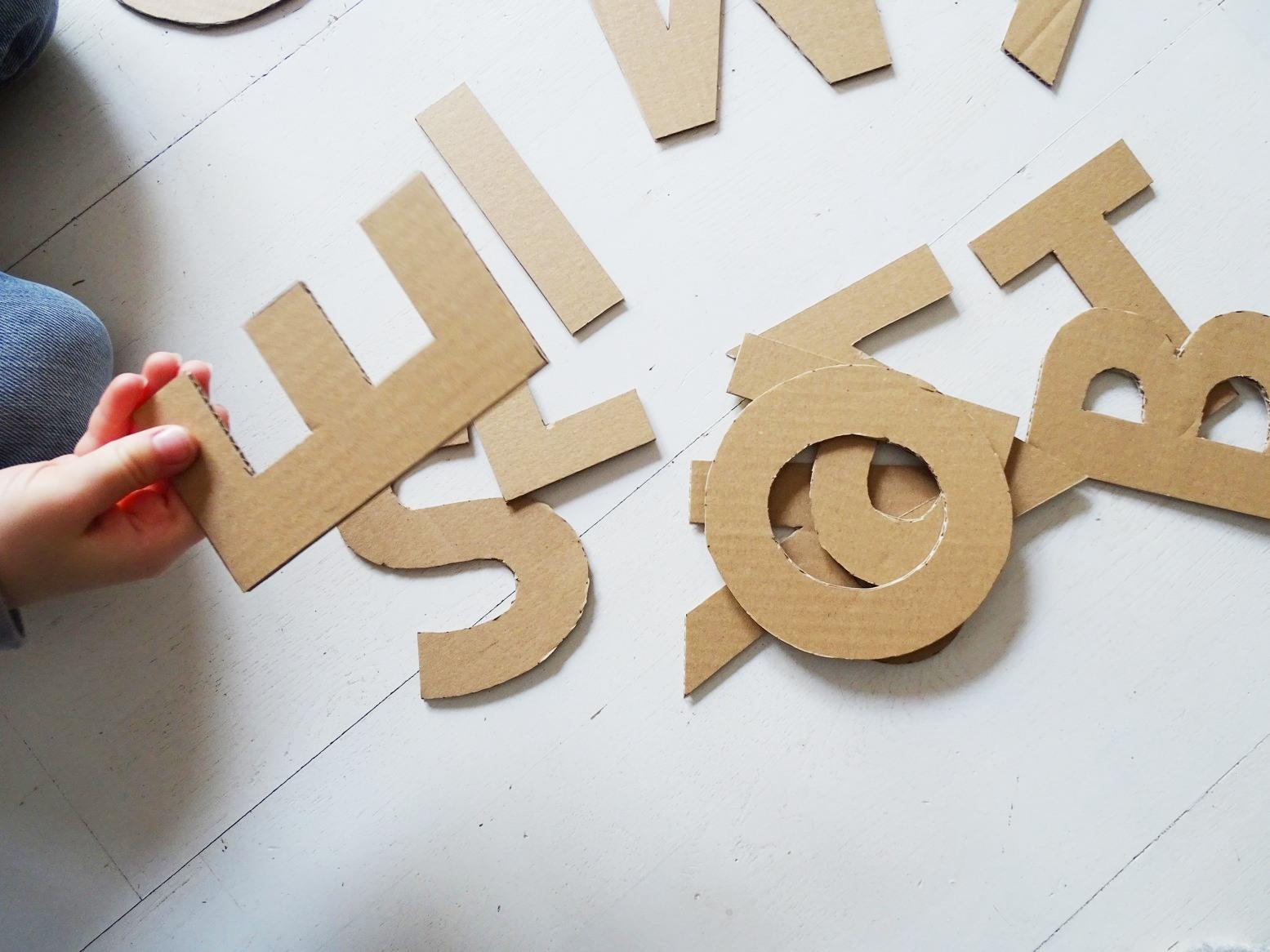 Spielerisch lernen mit Buchstaben aus Karton