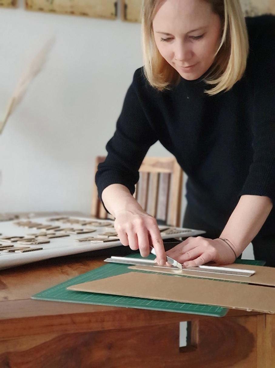 Buchstaben ausschneiden aus Karton, um tolle Schriftzüge zu entwerfen