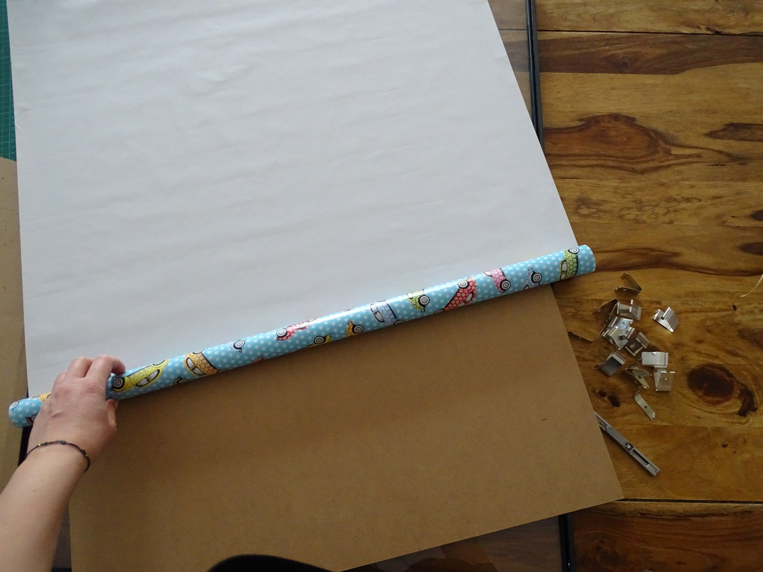 Bilderrahmen bespannen: Geschenkpapier verwenden