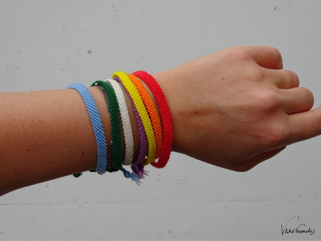 DIY-Ideen mit Regenbogen: Freundschaftsbänder in Regenbogenfarben selber knüpfen