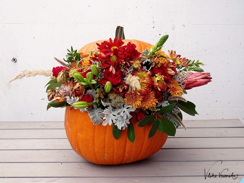 Pumpkin Art: Kürbis mit Blumen zu dekorieren liegt nicht nur total im Trend, sondern ist auch eine tolle Herbstdeko, die nichts mit Halloween zu tun hat.