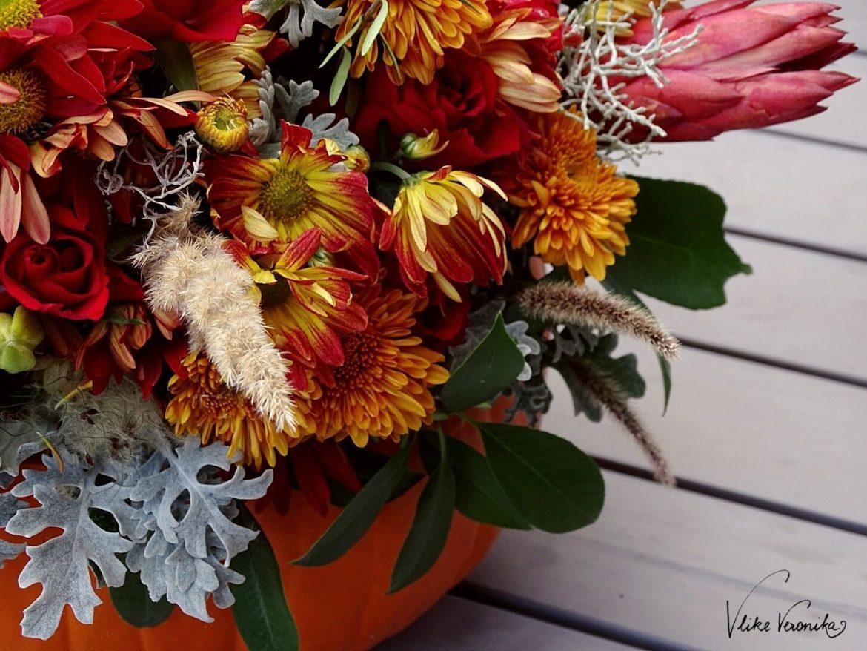 Nahaufnahme eines Kürbisses mit Blumendekoration