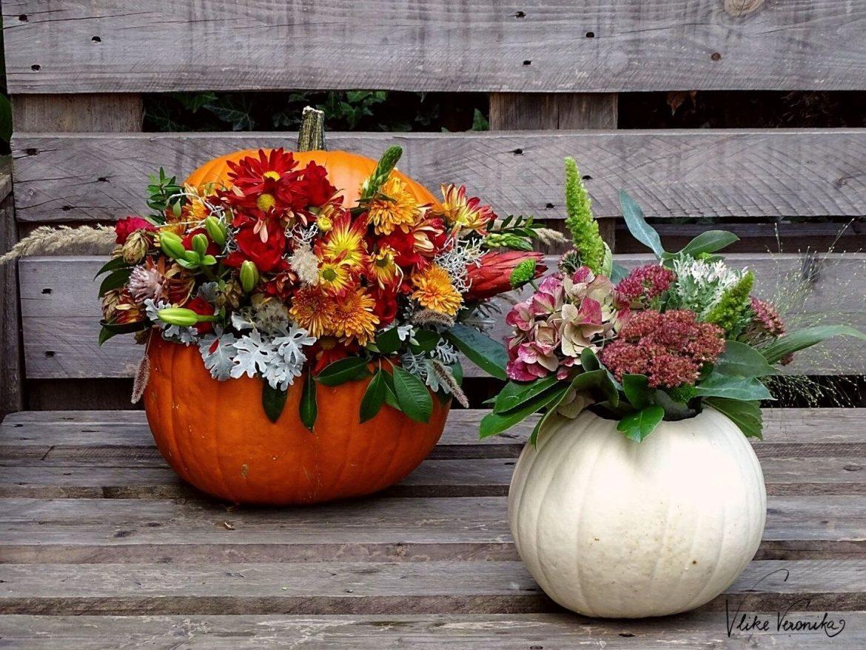 Du kannst Deinen Kürbis mit Blumen dekorieren - ich zeige Dir zwei Varianten.