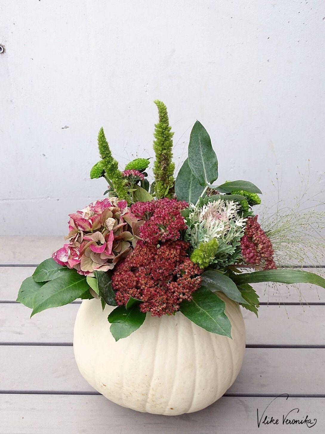 Zum Erntedank passt Deko mit Kürbis und Blumen hervorragend dazu