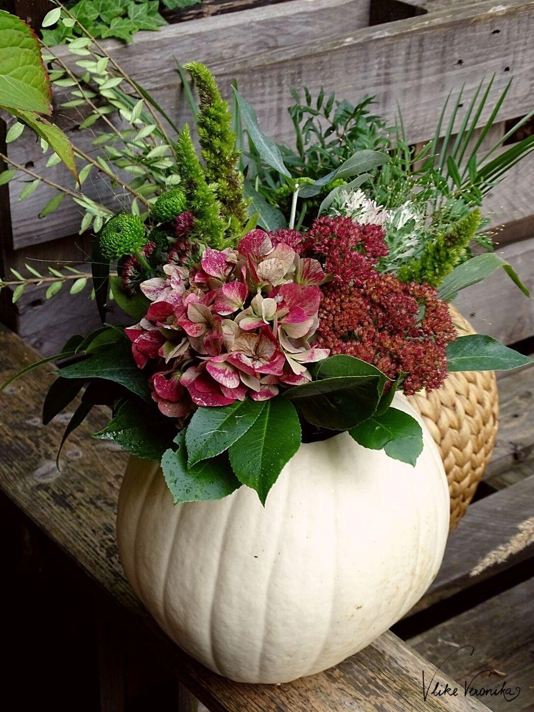 Kürbis mit Blumen dekorieren: Die Vase ist am Herbsttisch schön anzushen