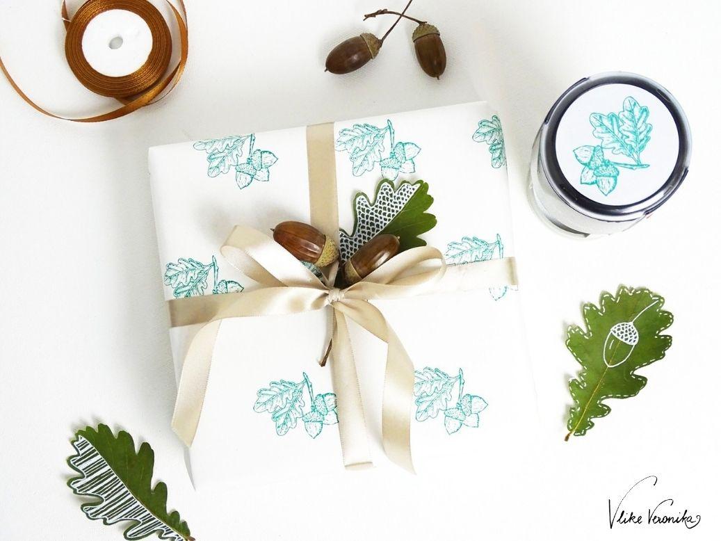 Stempel mit Eicheln und Eichenblättern von trodat mit grünem Stempelkissen - hier für Geschenkpapier im Einsatz.