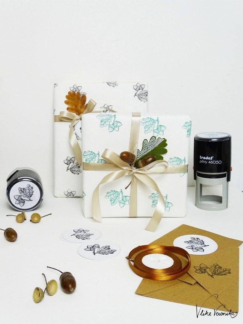 Geschenkpapier stempeln mit Eichenblättern und Eicheln.