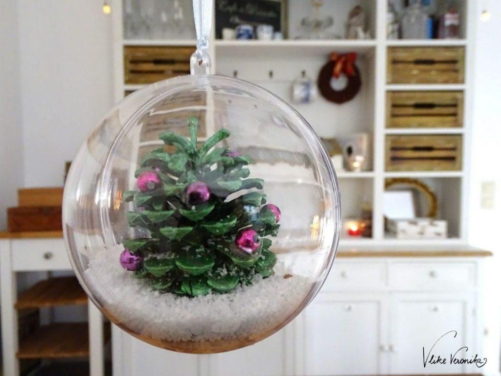 Schneekugeln mit Zapfen selber basteln: Die vollständige DIY-Anleitung zum Basteln mit Kindern findest Du am DIY-Blog VlikeVeronika