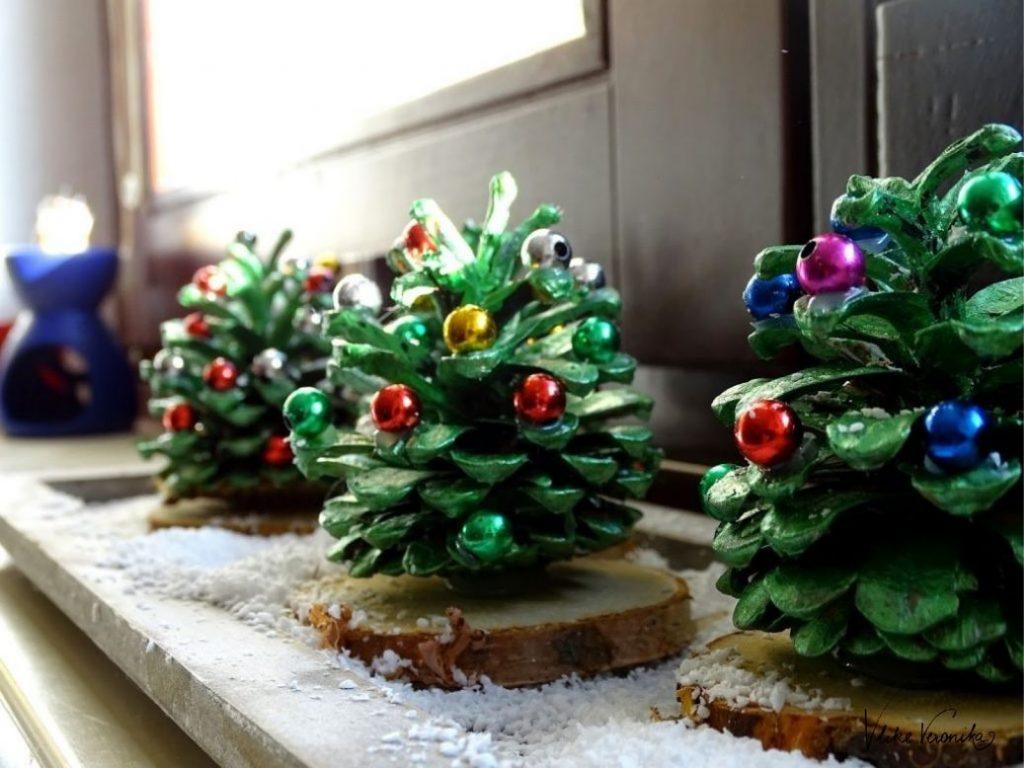 Basteln im Advent mit Kindern: Kiefernzapfen als kleine Tannenbäume bemalen
