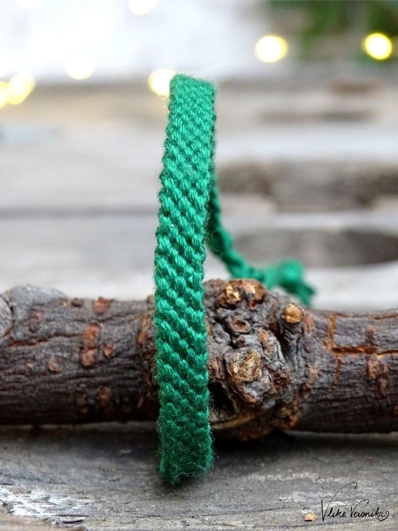 Freundschaftsbänder zu Weihnachten: Da darf natürlich auch monochromes Dunkelgrün nicht fehlen.