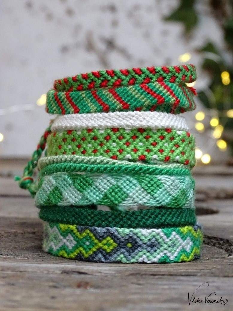 Alle Freundschaftsbänder für Weihnachten auf einem Stapel.