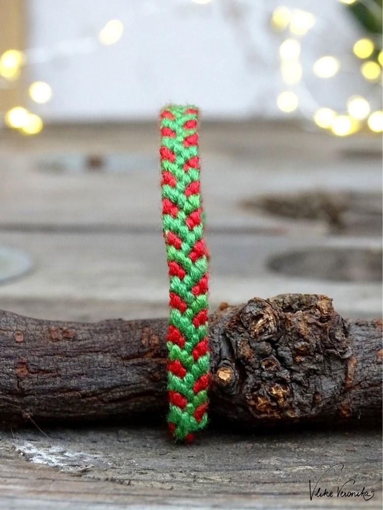 Das Dornenmuster erinnert an kleine grüne Zweigerl und ist damit perfekt für Weihnachten