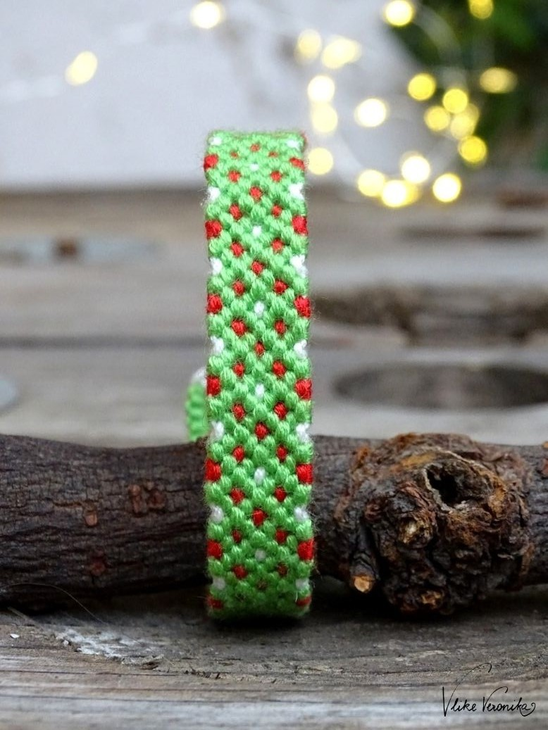 Freundschaftsbänder für Weihnachten sind in Grün und Rot wunderschön.