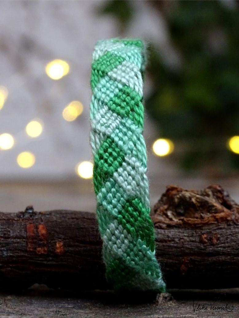 Geflochtenes Freundschaftsbandmuster für Weihnachten.