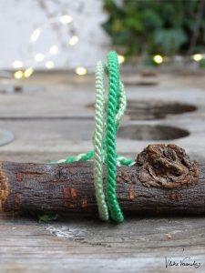 Als schmales Freundschaftsbandmuster zu Weihnachten eignet sich das zweigeteilte Linienmuster