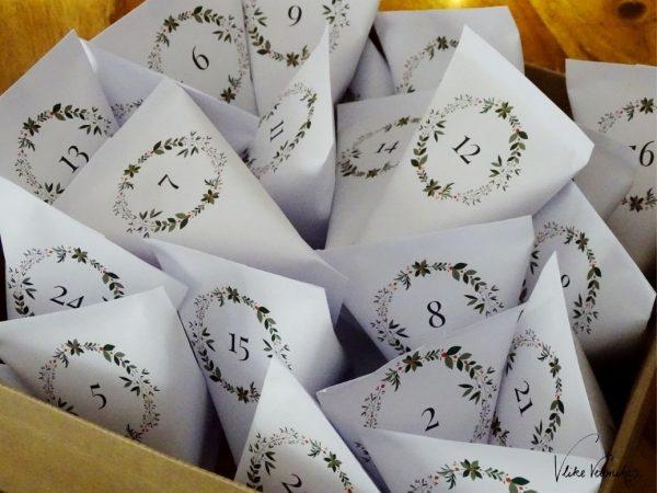 Adventskalendertüten mit kleinen Kränzen zum Ausdrucken, Falten und Befüllen.