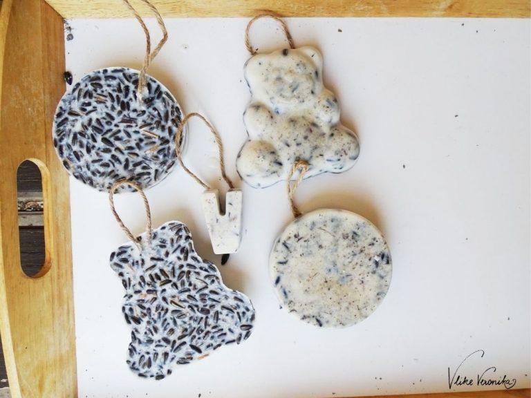 Um Vogelfutter aus Fett und Körnern in Form zu bringen, kannst Du Sandspielformen, Backformen oder Silikonformen verwenden.