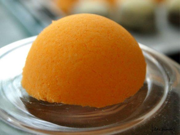Orangene Bath Bombs zum Verschenken.