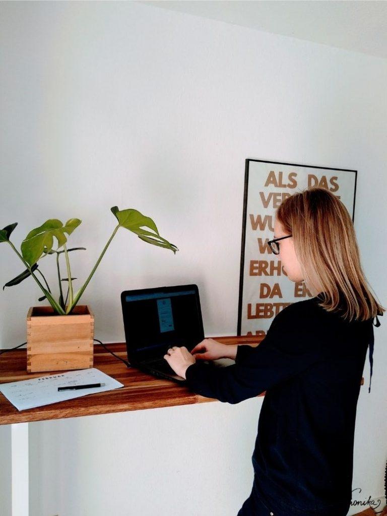 Stehen beim Arbeiten: Ergonomische Körperhaltung ist auch im Homeoffice mit höhenverstellbaren Schreibtischen möglich.