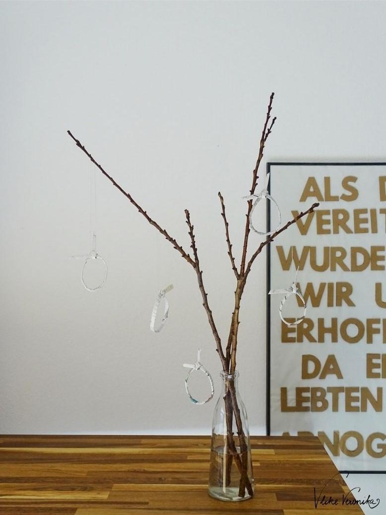 Ein nachhaltiger Osterstrauch: Marillenbaumzweige und Osterdeko aus Zeitungspapier in Form kleiner Ostereier mit Hasenohren hat VlikeVeronika gebastelt.