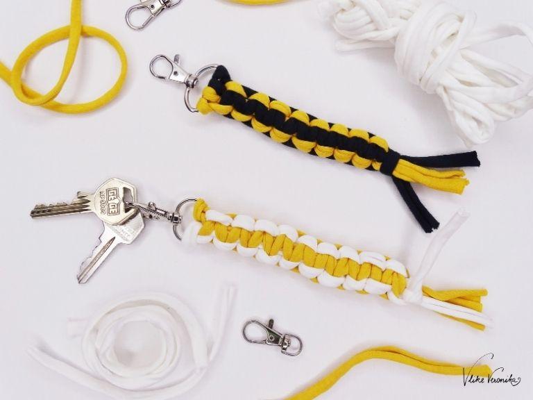 Bastle Dir Schlüsselanhänger aus Jerseygarn mit dem Makramee-Kreuzknoten.