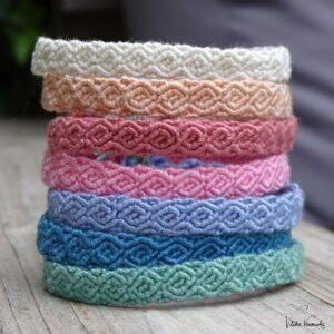 Einfarbige Armbänder zu knüpfen kann so hübsch und einfach sein.